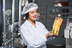 Linea di produzione alimentare dell'olio di girasole raffinato Immagini Stock