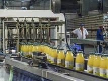 Linea di produzione dei succhi fotografia stock libera da diritti