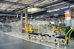 Linea di produzione del negozio di assemblea dell'automobile immagini stock libere da diritti