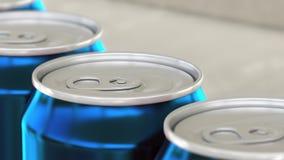 Linea di produzione della birra o della bibita Latte di alluminio blu sul trasportatore industriale, fuoco basso Riciclaggio ecol Fotografia Stock