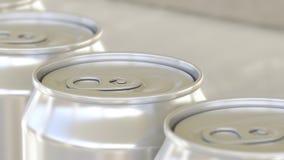 Linea di produzione della birra o della bibita Latte di alluminio sul trasportatore industriale, fuoco basso Riciclaggio dell'imb Immagini Stock Libere da Diritti