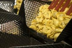 Linea di produzione della pasta dei tortellini immagini stock libere da diritti