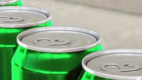 Linea di produzione della soda, della bibita o della birra Latte di alluminio verdi sul trasportatore industriale Riciclaggio del Fotografia Stock