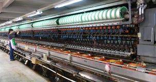 linea di produzione di seta della fabbrica del tessuto 4k, donne che annaspano all'officina stock footage