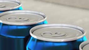 Linea di produzione gassosa della birra o della bibita Latte di alluminio blu sul trasportatore industriale Riciclaggio dell'imba Fotografia Stock