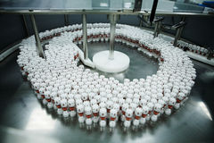 Linea di produzione nella ditta farmaceutica Fotografia Stock