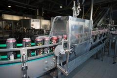 Linea di produzione per l'imbottigliamento della birra Fotografie Stock Libere da Diritti