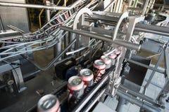 Linea di produzione per l'imbottigliamento della birra Immagini Stock Libere da Diritti