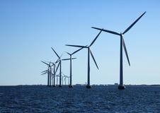 Linea di prospettiva di mulini a vento dell'oceano alla luce posteriore Fotografia Stock