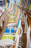 Linea di sedie giallo arancione e blu Fotografia Stock