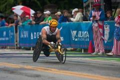 Linea di Speeds Toward Finish dell'atleta della sedia a rotelle di corsa di strada di Peachtree Fotografie Stock Libere da Diritti