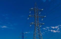 Linea di trasmissione ad alta tensione di elettricità Immagini Stock