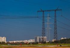 Linea di trasmissione ad alta tensione di elettricità Immagini Stock Libere da Diritti