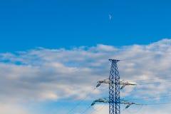 Linea di trasmissione ad alta tensione e pilone elettrico Immagine Stock