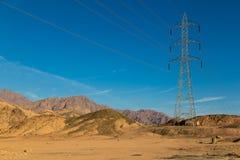 Linea di trasmissione ad alta tensione nelle montagne di Sinai Fotografia Stock