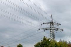Linea di trasmissione ad alta tensione terrestre e Fotografie Stock Libere da Diritti