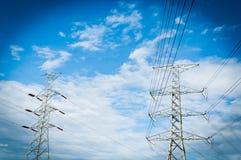 Linea di trasmissione di elettricità o pilone, potere ad alta tensione al TR Fotografie Stock
