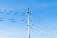 Linea di trasmissione di elettricità o pilone, potere ad alta tensione al TR Immagine Stock Libera da Diritti