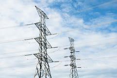 Linea di trasmissione di elettricità o pilone, potere ad alta tensione al TR Immagine Stock