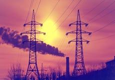 Linea di trasmissioni ad alta tensione di elettricità su un tramonto, con un retro effetto Fotografia Stock Libera da Diritti
