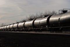 Linea di vagoni cisterna che Glinting nel Sun Immagini Stock