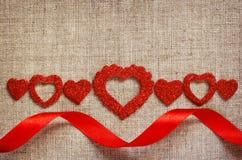 Linea e nastro di cuori su tela Fotografie Stock