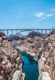 Linea e ponte di trasmissione ad alta tensione sopra il fiume Colorado Diga di aspirapolvere Immagine Stock Libera da Diritti