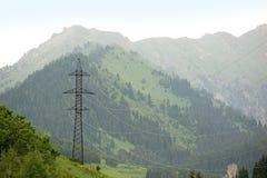 Linea elettrica ad alta tensione in alpi Fotografia Stock