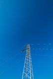 Linea elettrica ad alta tensione - azzurro Fotografie Stock