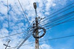 Linea elettrica ad alta tensione con la lampada sul palo Fotografia Stock