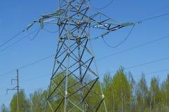Linea elettrica ad alta tensione linea elettrica linea contro il cielo blu e Immagini Stock