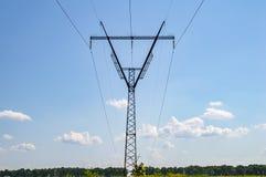 Linea elettrica ad alta tensione contro il cielo blu immagine stock libera da diritti