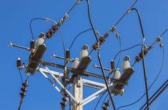 Linea elettrica ad alta tensione del circuito sul palo di potere di elettricità Immagini Stock
