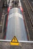 Linea elettrica ad alta tensione del treno normale segno Fotografia Stock
