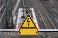 Linea elettrica ad alta tensione del treno normale segno Fotografia Stock Libera da Diritti