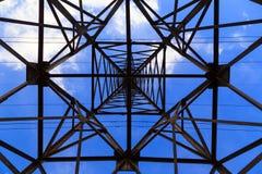 Linea elettrica ad alta tensione della grande torre della trasmissione, vista dal basso Haz immagini stock
