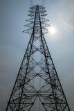Linea elettrica ad alta tensione della posta della siluetta Fotografie Stock Libere da Diritti