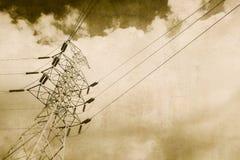 Linea elettrica ad alta tensione di elettricità annata Immagini Stock Libere da Diritti