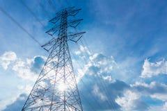 Linea elettrica ad alta tensione di elettricità siluetta con il cielo blu della nuvola Fotografia Stock Libera da Diritti