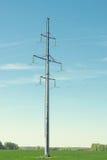 Linea elettrica ad alta tensione di sostegno sul fondo del cielo blu Fotografia Stock