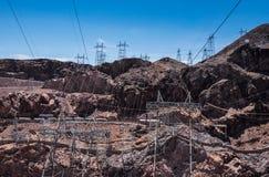 Linea elettrica ad alta tensione L'infrastruttura della diga di aspirapolvere Fotografia Stock