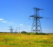 Linea elettrica ad alta tensione nel campo Fotografia Stock Libera da Diritti