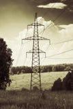 Linea elettrica ad alta tensione nel campo Fotografia Stock