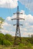 Linea elettrica ad alta tensione nel paesaggio naturale Fotografie Stock Libere da Diritti