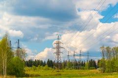 Linea elettrica ad alta tensione nel paesaggio naturale Fotografia Stock Libera da Diritti