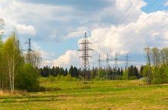Linea elettrica ad alta tensione nel paesaggio naturale Fotografia Stock