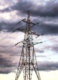 Linea elettrica ad alta tensione prima di un temporale, linea di trasmissione fotografia stock libera da diritti