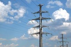 Linea elettrica ad alta tensione puntelli grigi del metallo Fotografie Stock Libere da Diritti
