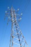 Linea elettrica ad alta tensione puntello del metallo sopra cielo blu Fotografie Stock Libere da Diritti
