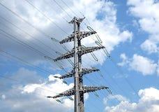 Linea elettrica ad alta tensione puntello grigio del metallo Fotografie Stock